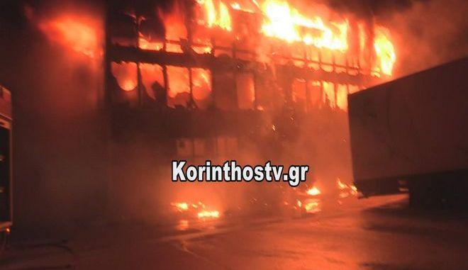 Μεγάλη φωτιά σε κτήριο μεταφορικής εταιρείας στην Κόρινθο