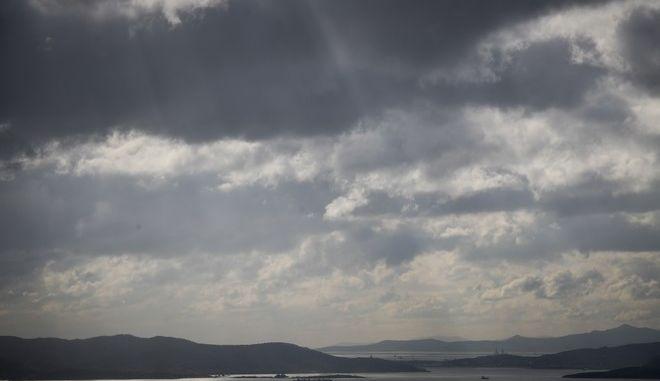 Βαρύς από τα σύννεφα της καταιγίδας ο ουρανός πάνω από τον Σκαραμαγκά