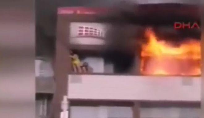 Βίντεο: Γυναίκες πηδούν από τον 5ο όροφο για να σωθούν από τις φλόγες