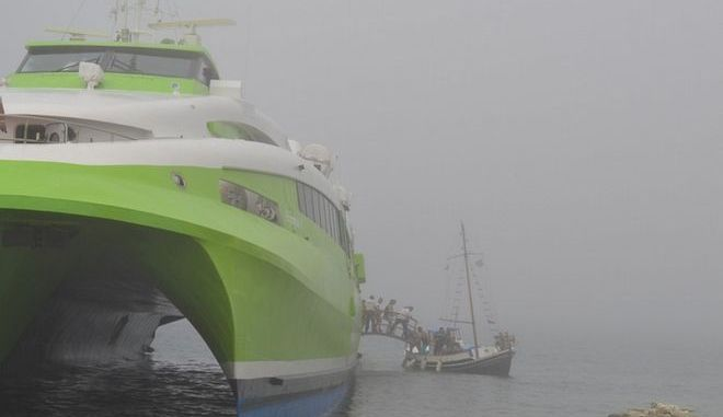 Αποκολλήθηκε το καταμαράν που είχε προσαράξει στην Τήνο λόγω ομίχλης