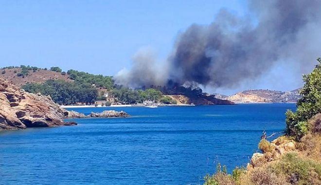 Μεγάλη Φωτιά στη Λέρο. Άντρες του Λιμενικού απομάκρυναν λουόμενους από παραλία