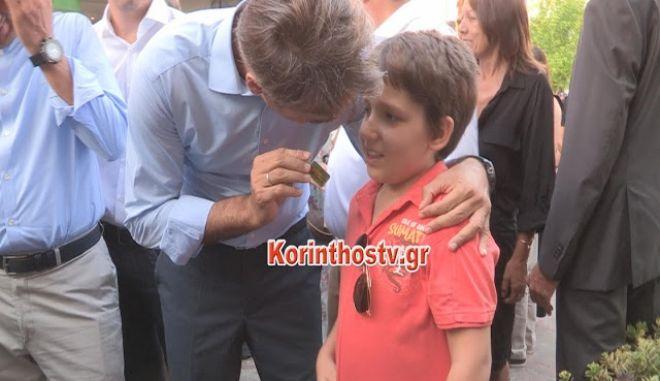 Αγοράκι προσέφερε μπρελόκ στον Κυριάκο Μητσοτάκη με τον πατέρα του και του το επέστρεψε