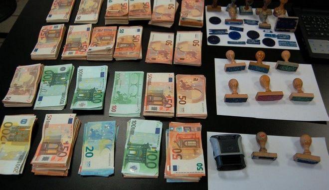 Εφοριακός και υπάλληλοι του ΕΦΚΑ σε κύκλωμα παράνομης νομιμοποίησης αλλοδαπών