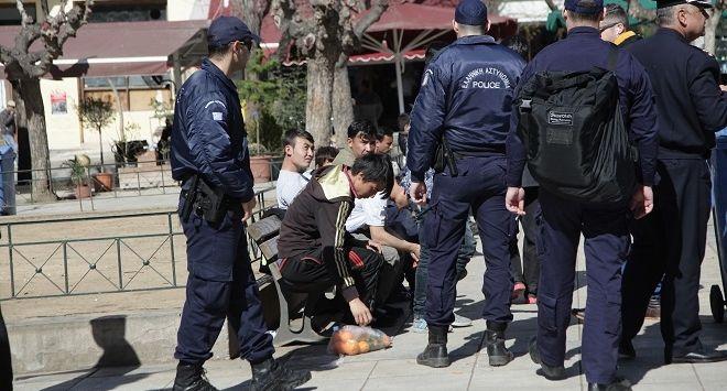 Λίγοι μετανάστες έμειναν στη πλατεία Βικτωρίας, μετά την επιχείρηση απομάκρυνσής τουε απο την πλατεία που πραγματοποιήθηκε απο την ΕΛ.ΑΣ. τα ξημερώματα της Κυριακής 6 Μαρτίου 2016. (EUROKINISSI/ΓΙΑΝΝΗΣ ΠΑΝΑΓΟΠΟΥΛΟΣ)