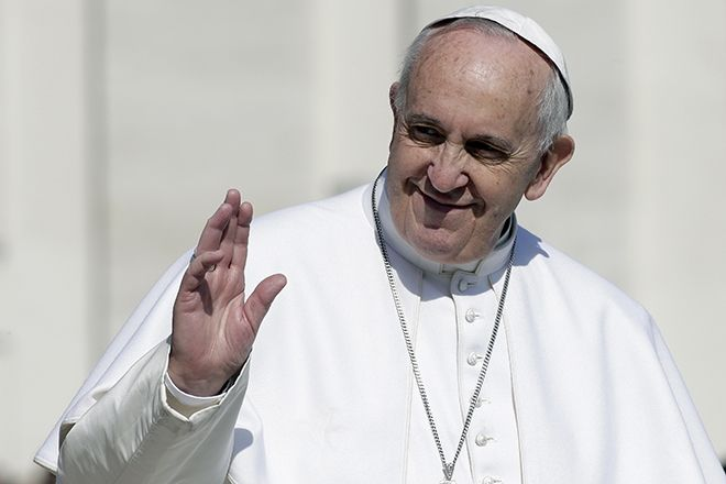 Pope Francis waves at the end of his general audience in St. Peter's Square at the Vatican March 18, 2015.  REUTERS/Max Rossi   (VATICAN  - Tags: RELIGION) - RTR4TTM2