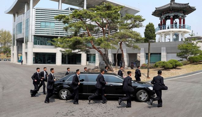Οι σωματοφύλακες του Κιμ Γιονγκ Ουν τρέχουν γύρω από τη λιμουζίνα του