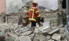 Πυροσβέστης με ειδικά εκπαιδευμένο σκύλο ερευνά τα ερείπια των κτιρίων στη Μασσαλία