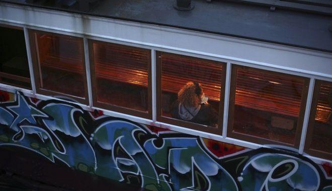 Γυναίκα μέσα σε σπίτι στην Πορτογαλία