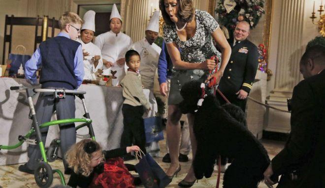 Ο σκύλος του Ομπάμα έριξε κάτω ένα κοριτσάκι