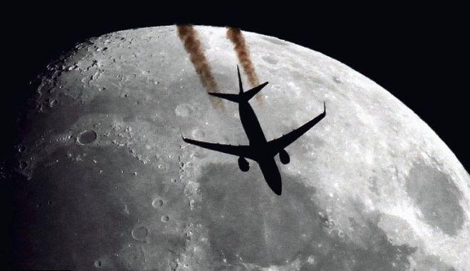 Αεροπλάνα πετάνε μπροστά από τον ήλιο και το φεγγάρι