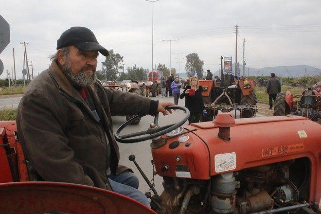 ΑΡΓΟΛΙΔΑ -ΜΠΛΟΚΟ ΤΩΝ ΑΓΡΟΤΩΝ ΣΤΗΝ ΑΡΓΟΥΣ-ΚΟΡΙΝΘΟΥ ΣΤΟ ΑΡΓΟΣ-Αγρότες  έστησαν μπλόκο στην ΕΟ Άργους- Κορίνθου, στο ύψος του Ινάχου ποταμού στην Αργολίδα,κόμβος προς Τρίπολη , Κόρινθο και Αθήνα,την Δευτέρα 23 Ιανουαρίου 2017. Οι αγρότες  διαμαρτύρονται για την εφαρμογή των μέτρων των μνημονίων και της ΚΑΠ, με τα οποία όπως τονίζουν στην ανακοίνωση τους
