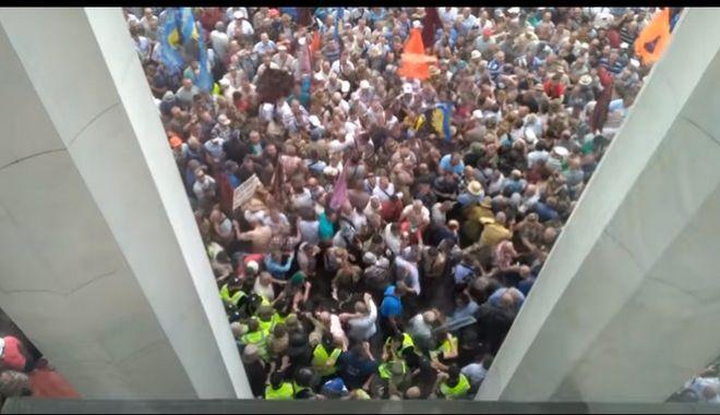 Διαδηλωτές επιχείρησαν να εισβάλουν στο κοινοβούλιο