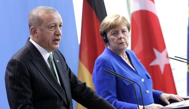 Ο Πρόεδροες της Τουρκίας Ρετζέπ Ταγίπ Ερντογάν με την καγκελάριοε της Γερμανίας Α.Μέρκελ κατά τη διάκρεια κοινών δηλώσεών τους στο Βερολίνο