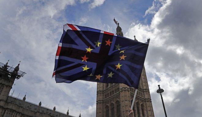 Στιγμιότυπο από διαδήλωση έξω από το βρετανικό κοινοβούλιο στο Λονδίνο