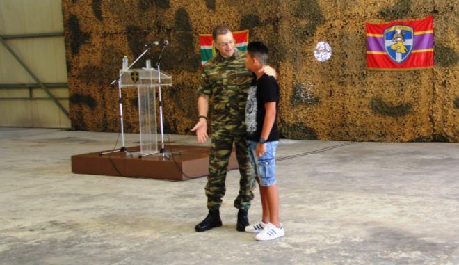 Ο αρχηγός ΓΕΣ βράβευσε έναν 14χρονο ήρωα που έσωσε λουόμενο