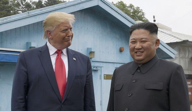 Ο Ντόναλντ Τραμπ και ο ηγέτης της Β. Κορέας, Κιμ Γιονγκ Ουν στη συνάντησή τους στην Αποστρατικοποιημένη Ζώνη στη Νότια Κορέα τον Ιούνιο του 2019