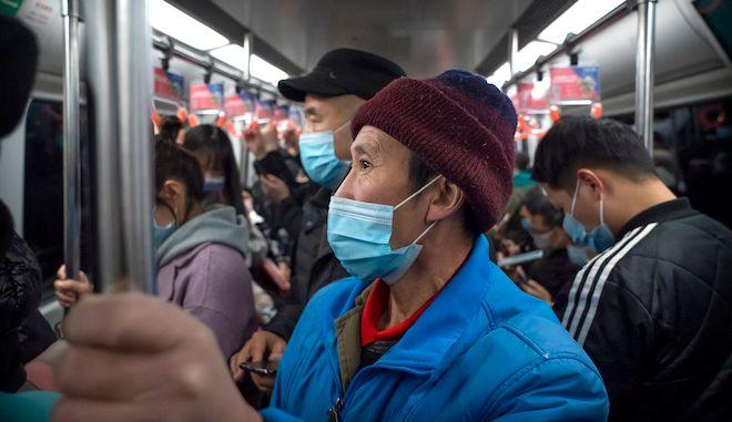 Άνθρωποι με μάσκες στριμωγμένοι στο μετρό της Beijing, Κίνα, 26 Νοεμβρίου 2020.