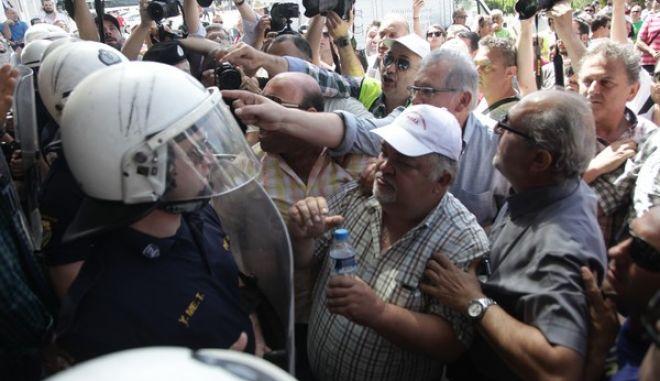 Συγκέντρωση λιμενεργατών έξω από το ξενοδοχείο Athens Plaza στην πλατεία Συντάγματος, όπου γίνεται η γενική συνέλευση των μετόχων του ΟΛΠ την Τρίτη 31 Μαΐου 2016. Οι λιμενεργάτες, διαμαρτύρονται για την ιδιωτικοποίηση του ΟΛΠ.  (EUROKINISSI/ΓΙΑΝΝΗΣ ΠΑΝΑΓΟΠΟΥΛΟΣ)
