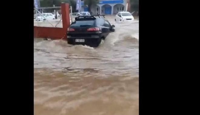 """Κακοκαιρία """"Μπάλλος"""": Η στιγμή που αυτοκίνητο παρασύρεται από νερά στην Κέρκυρα"""