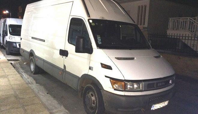Συνελήφθη 29χρονη που οδηγούσε φορτηγό γεμάτο μετανάστες