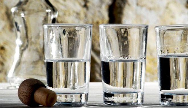 """Βράζει η Κρήτη: Ξεσηκώθηκαν οι καζανάρηδες - """"Εγκύκλιος εξαφανίζει τη ρακή μας"""""""