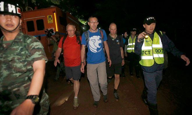 Ο Τζόν Βόλαντεν με μπλε μπλούζα και δεξιά του ντυμένος με μαύρα ρούχα ο Ρικ Σάντον. Ταϊλάνδη 27 Ιουνίου 2018
