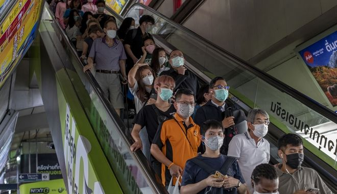Πολίτες με μάσκες για προστασία από τον κοροναϊό