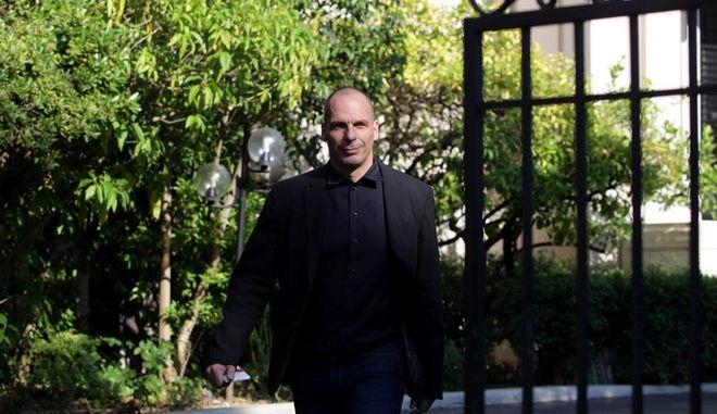 Ο υπουργός Οικονομικών Γιάνης Βαρουφάκης αποχωρεί από το Μέγαρο Μαξίμου μετά την σύσκεψη με τον πρωθυπουργό Αλέξη Τσίπρα την Πέμπτη 4 Ιουνίου 2015. (EUROKINISSI/ΓΙΑΝΝΗΣ ΠΑΝΑΓΟΠΟΥΛΟΣ)