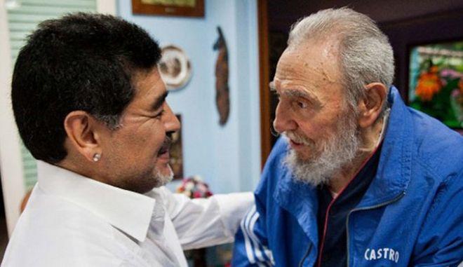 Ο Μαραντόνα αποχαιρετά τον Φιντέλ Κάστρο