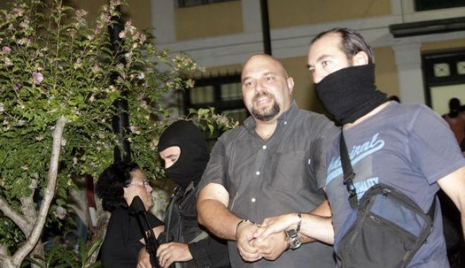 Ο Ηλίας Παναγιώταρος μεταφέρεται από άνδρες των ΕΚΑΜ στον ανακριτή στα δικαστήρια της Ευελπίδων αργά το βράδυ του Σαββάτου 28 Σεπτεμβρίου 2013. (EUROKINISSI/ΓΕΩΡΓΙΑ ΠΑΝΑΓΟΠΟΥΛΟΥ)