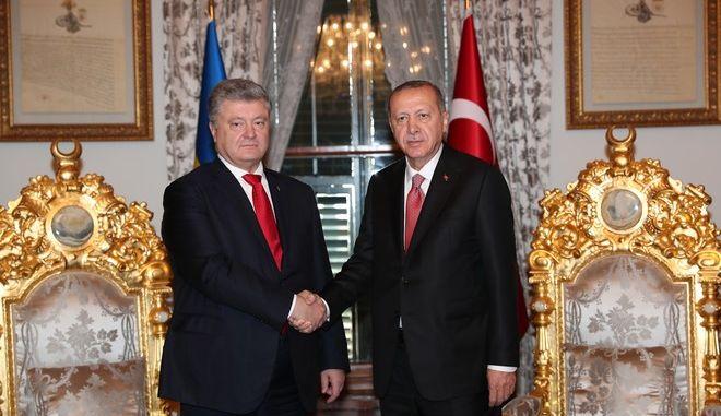 Ο Τούρκος πρόεδρος Ρετζέπ Ταγίπ Ερντογάν με τον Ουκρανό ομόλογό του Πέτρο Ποροσένκο στην Κωνσταντινούπολη