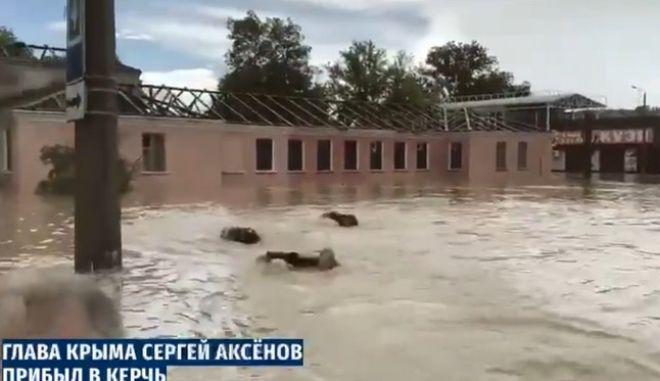 Κριμαία: Οι σωματοφύλακες ακολουθούσαν τον κυβερνήτη... κολυμπώντας