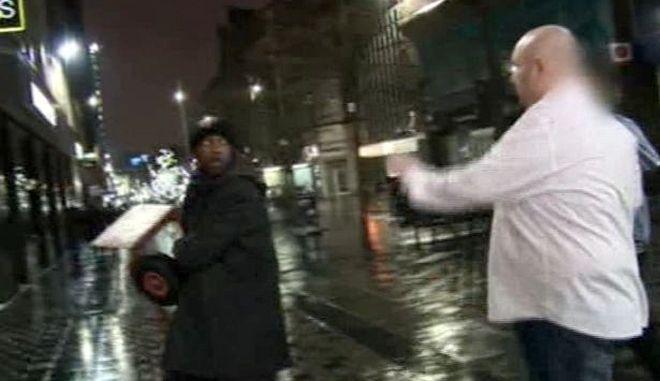 Βίντεο: Όταν οι ρατσιστές κρύβονται από τον Νόμο μετά από επίθεση σε Αφρικανό άστεγο