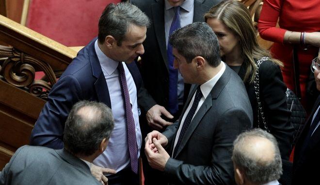 Ο Κυριάκος Μητσοτάκης και ο Λευτέρης Αυγενάκης στη Βουλή.