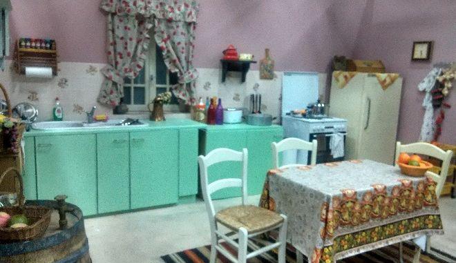 Η κουζίνα της Ελένης και του Μήτσου, από τη σειρά Δέκα Μικροί Μήτσοι