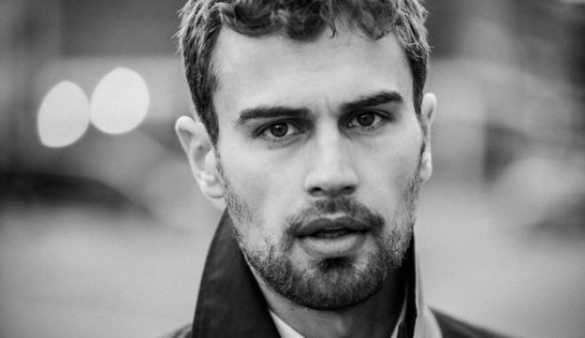 Theo James: Ο ελληνικής καταγωγής αστέρας του Χόλιγουντ στους πρόσφυγες στον Πειραιά