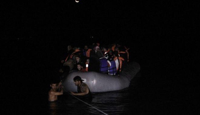 Πρόσφυγες αποβιβάζονται από βάρκα σε παραλία κόντα στο αεροδρόμιο της Μυτιλήνης τα ξημερώματα της Κυριακής 8 Νοεμβρίου 2015. (EUROKINISSI/ΣΤΕΛΙΟΣ ΣΤΕΦΑΝΟΥ)