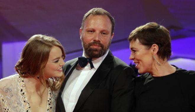 Ο Γιώργος Λάνθιμος ανάμεσα στις Ολίβια Κόλμαν και Έμμα Στόουν, τις δύο από τις τρεις πρωταγωνίστριες της ταινίας