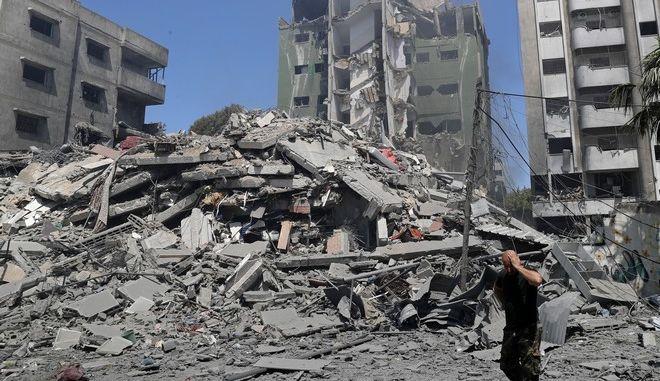 Συντρίμμια στη Γάζα την Κυριακή από τους ισραηλινούς βομβαρδισμούς