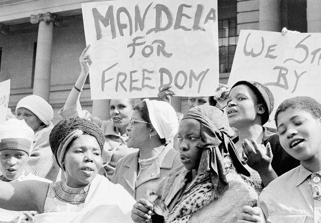 Αφρικανές σε διαδήλωση στη Νότιο Αφρική, ζητούν την απελευθέρωση του Μαντέλα,1962
