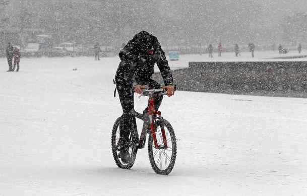 Και ποδηλάτης στο χιόνι