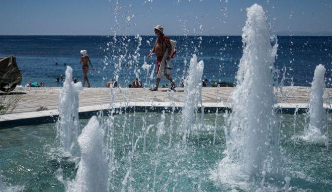 Κόσμος σε παραλία της Αττικής για να αντιμετωπίσει το κύμα καύσωνα  (EUROKINISSI/ΓΙΑΝΝΗΣ ΠΑΝΑΓΟΠΟΥΛΟΣ)
