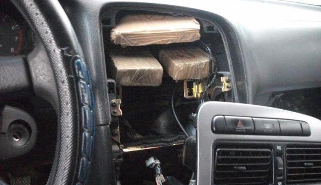 Έκρυβαν την ηρωίνη στο ταμπλό του αυτοκινήτου