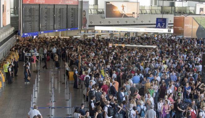 Επιβάτες σε αναμονή μετά την εντολή εκκένωσης στο αεροδρόμιο της Φρανκφούρτης