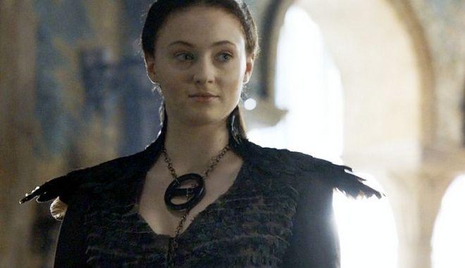 Sophie Turner: Η Sansa του Game of Thrones ποζάρει γυμνή και 'φλέγεται'