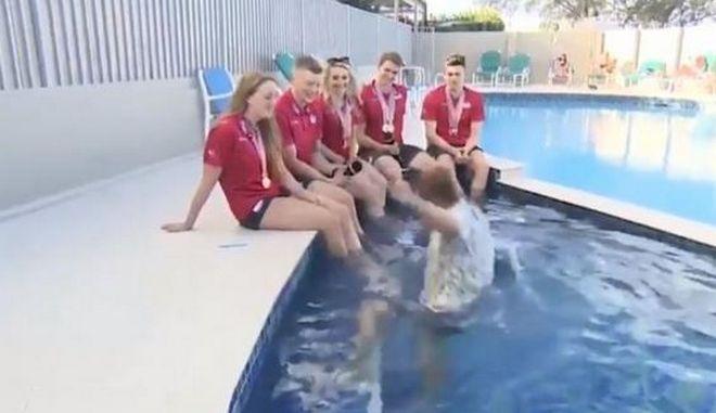 Βίντεο: Παρουσιαστής του BBC πέφτει κατά λάθος σε πισίνα ενώ μεταδίδει live