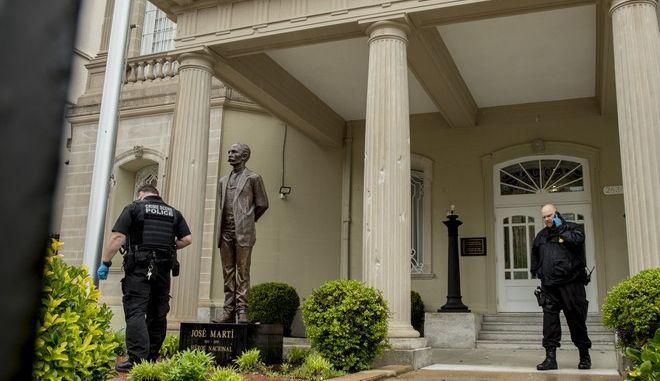 Αστυνομικοί στην πρεσβεία της Κούβας στην Ουάσινγκτον