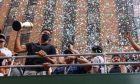 Ο Γιάννης Αντετοκούνμποτου κρατά το τρόπαιο του MVP