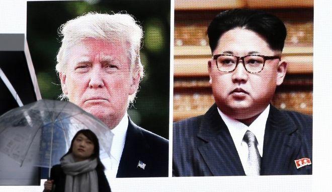 Γιγαντοοθόνη στο Τόκιο προβάλει τις εικόνες των Τραμπ και Κιμ