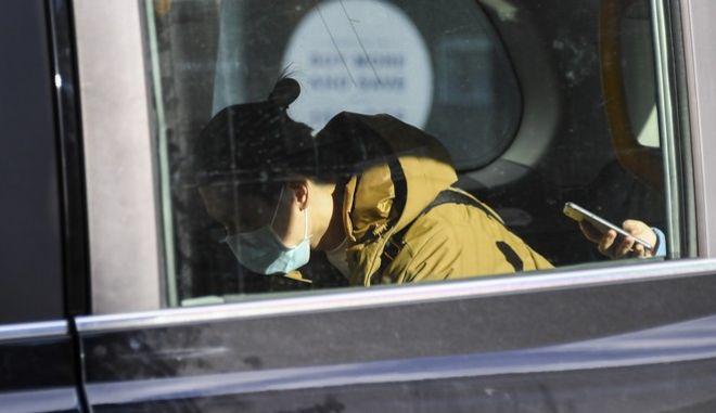 Γυναίκα με μάσκα μέσα σε ταξί στη Βρετανία